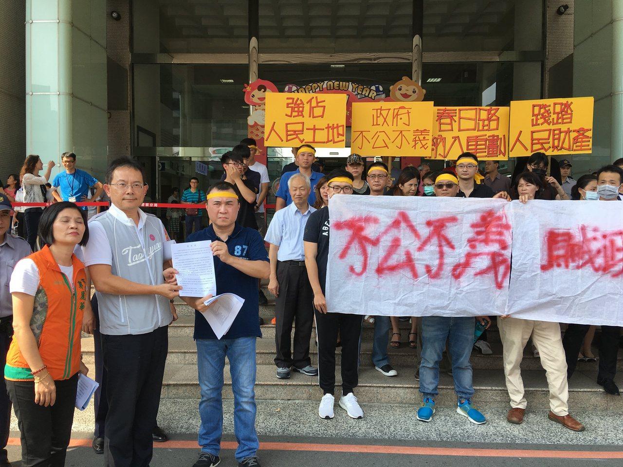 桃園市政府地政局副局長蔡金鐘(左2)接下陳情書。記者張裕珍/攝影