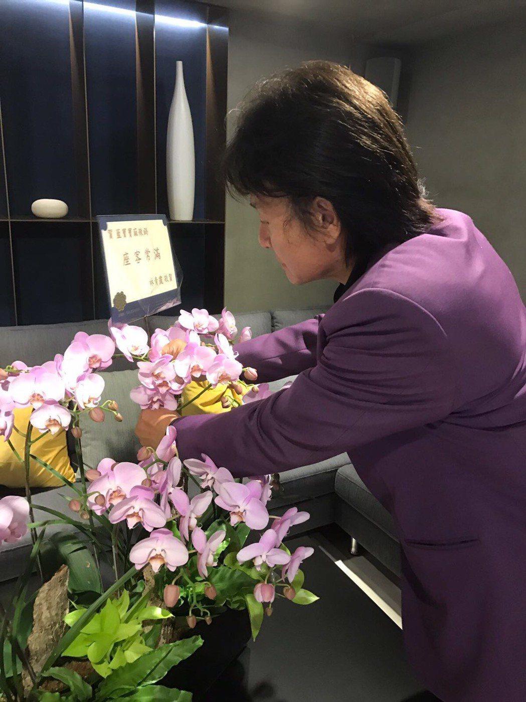 藍文青麻辣鍋店開幕,林青霞送花祝賀。圖/藍寶寶提供