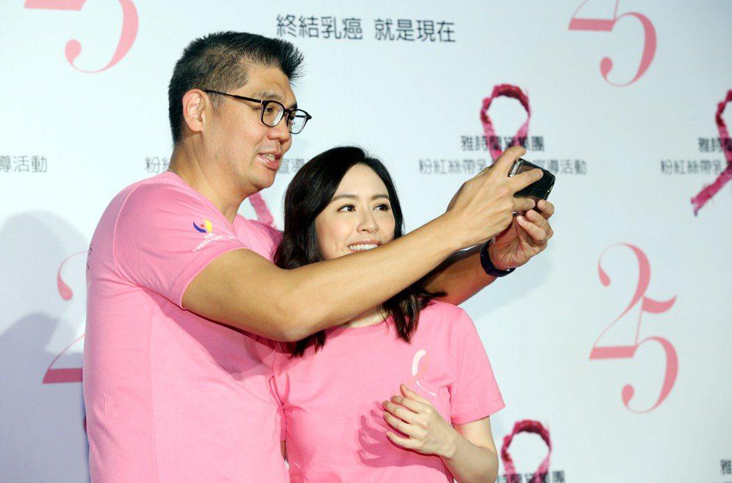 連勝文、蔡依珊夫妻今晚出席雅詩蘭黛2017粉紅絲帶乳癌防治25周年,在台北孔廟舉