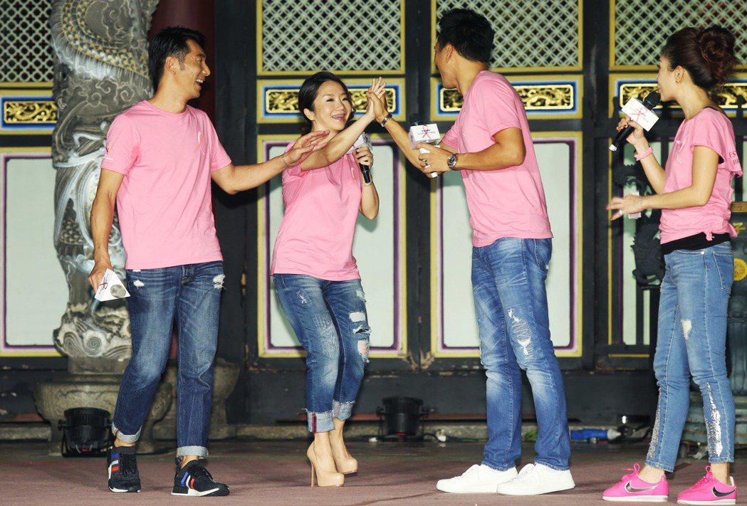 陶晶瑩(左二)、李李仁(左一)夫妻今晚出席雅詩蘭黛2017粉紅絲帶乳癌防治25周...
