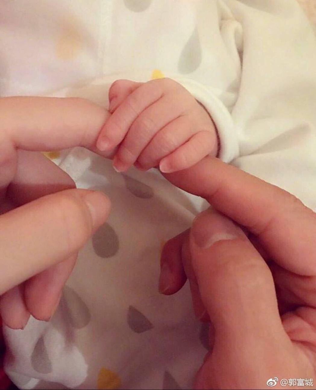 郭富城發布一家三口手指緊扣的照片,承認升格父親。圖/摘自微博