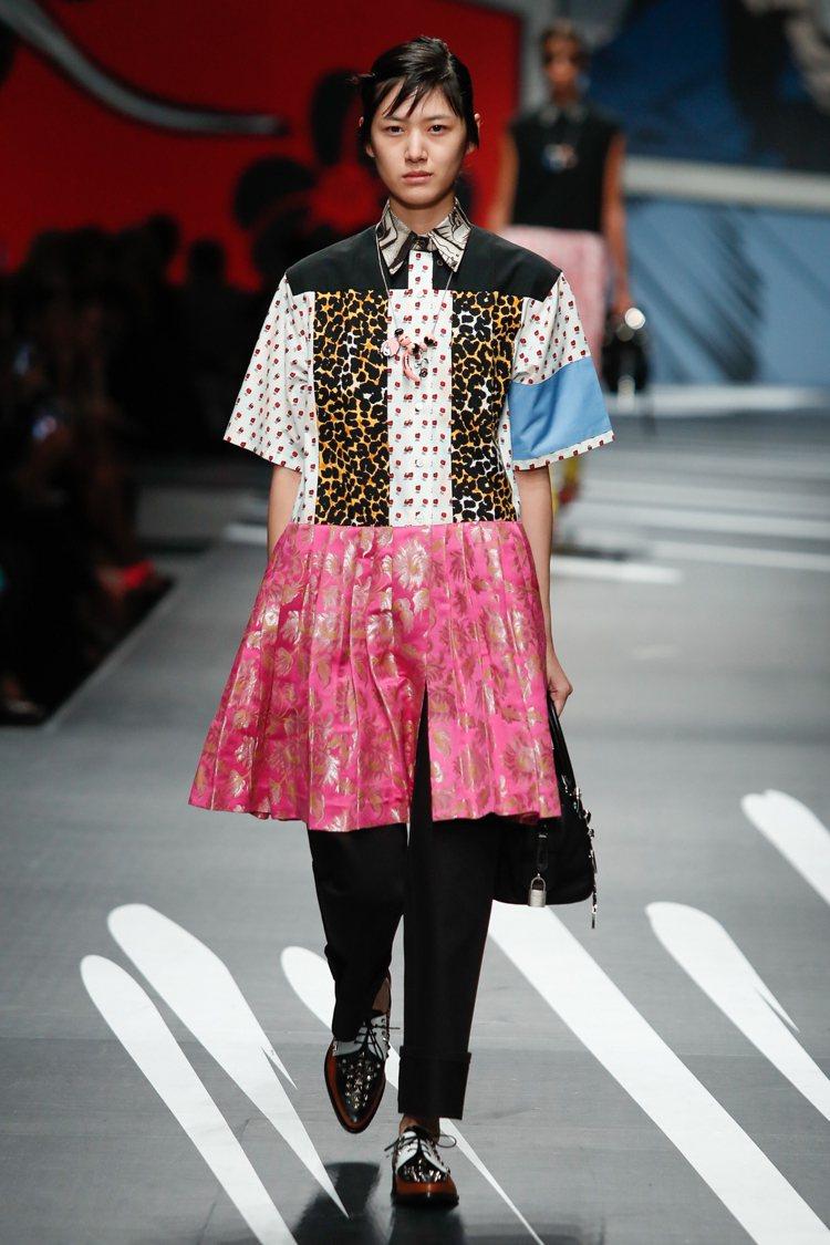 PRADA如同洋娃娃般的洋裝,以異材質、衝突印花拼接帶來視覺樂趣。圖/PRADA...