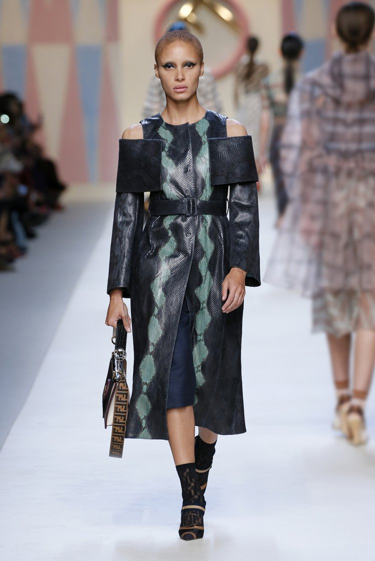 海藍色與海泡綠色共舞的鮮亮色系,表現在珍稀皮革外套上。圖/FENDI提供