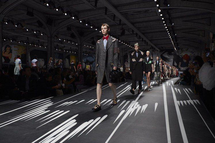 PRADA以經典尼龍外套、打摺裙與直身洋裝,結合漫畫圖素。圖/PRADA提供