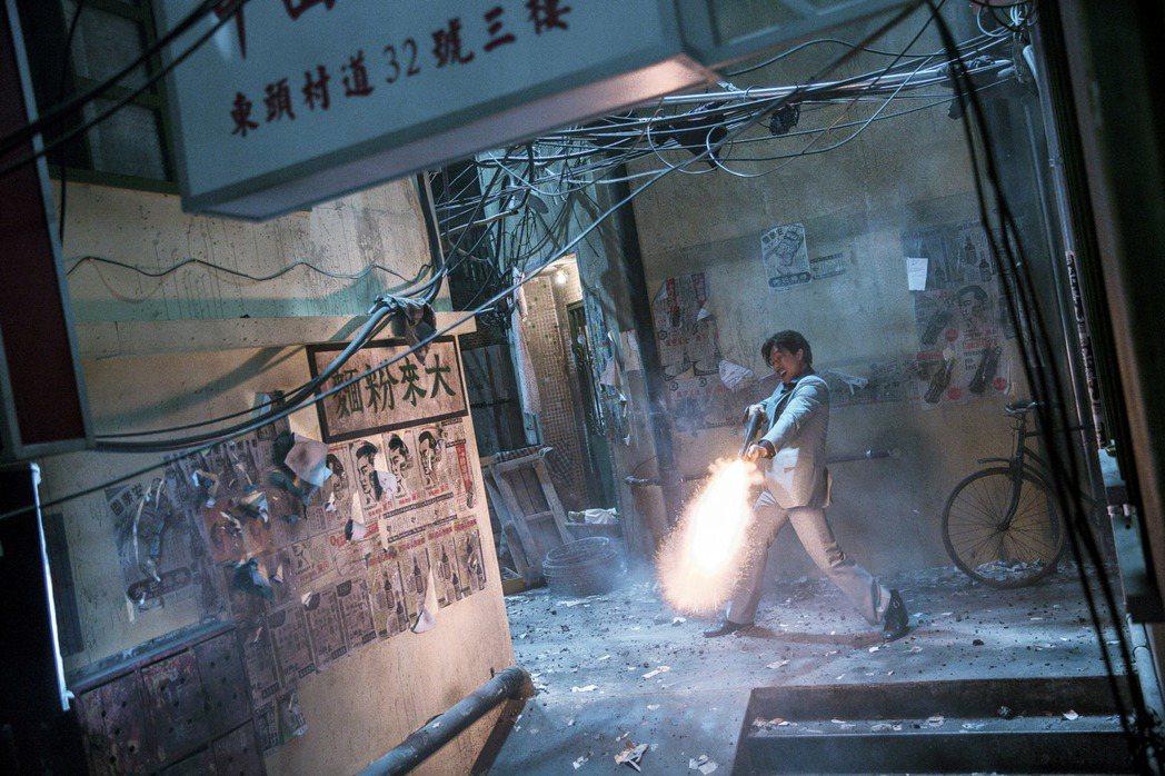 甄子丹在「追龍」有開槍掃射的刺激畫面。圖/華映提供