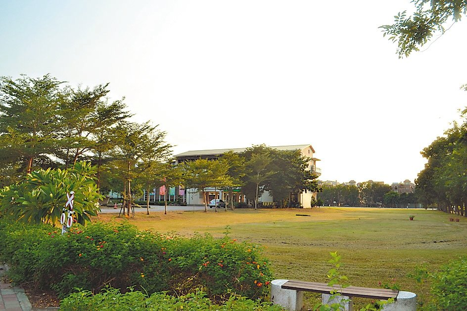 台南市歸仁區紅瓦厝國小過去是塊大埤塘,也是許多居民小時候的回憶。 記者鄭惠仁/攝...