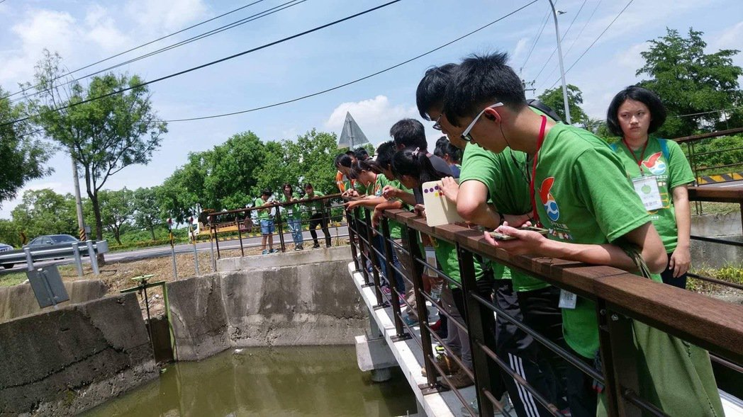 真理大學老師莊孟憲進入社區,帶領學生認識埤塘。 圖/莊孟憲提供