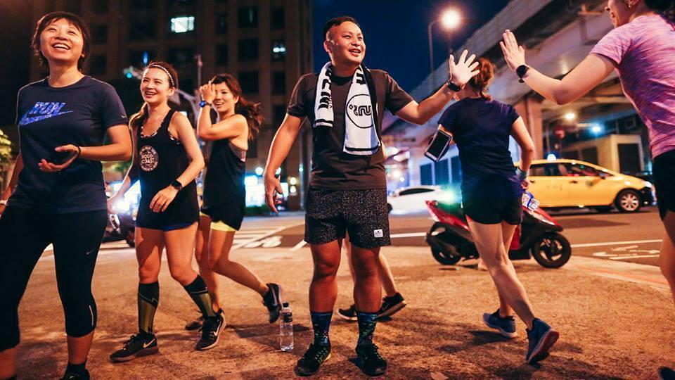 「街頭路跑」有三項原則:只比烏龜快一點、瘋狂聊天、路線不能重複。 圖/街頭路跑提...