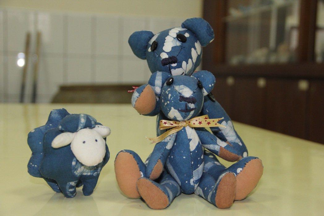 清溪藍染工作坊學員縫製的小熊和綿羊玩偶,十分可愛。 記者陳俊智/攝影