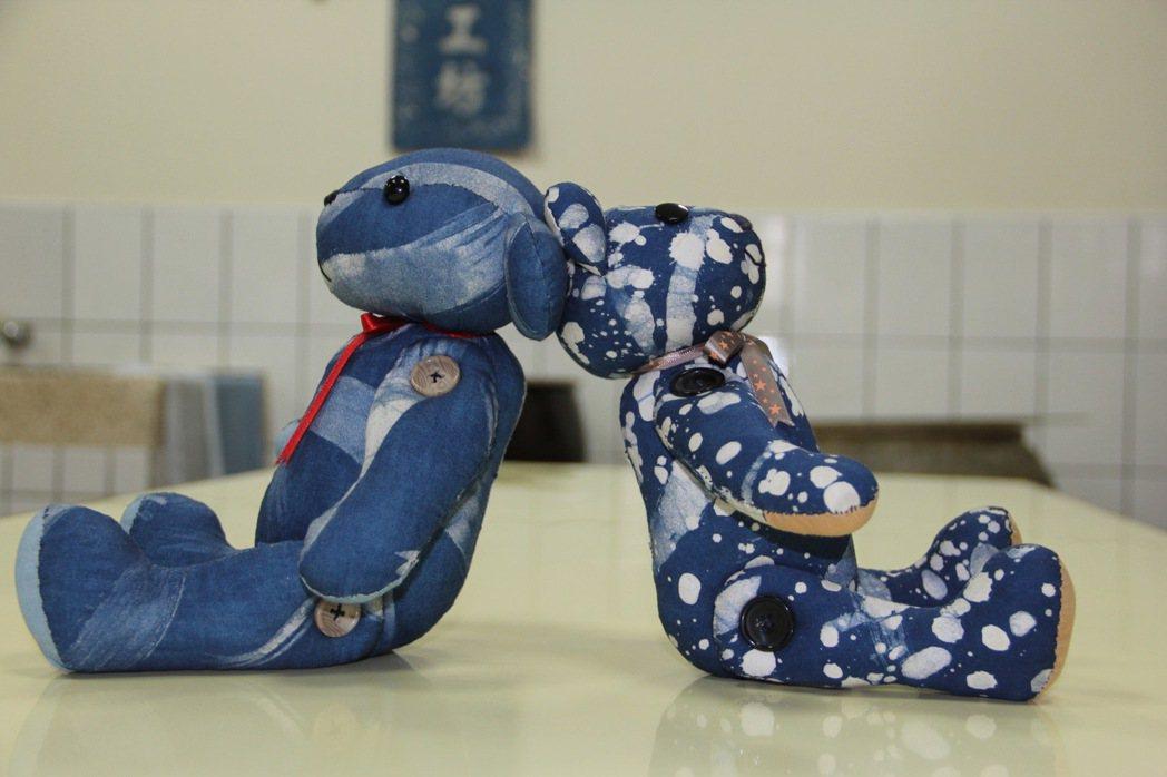 台北看守所清溪藍染工作坊學員縫製的小熊玩偶。 記者陳俊智/攝影