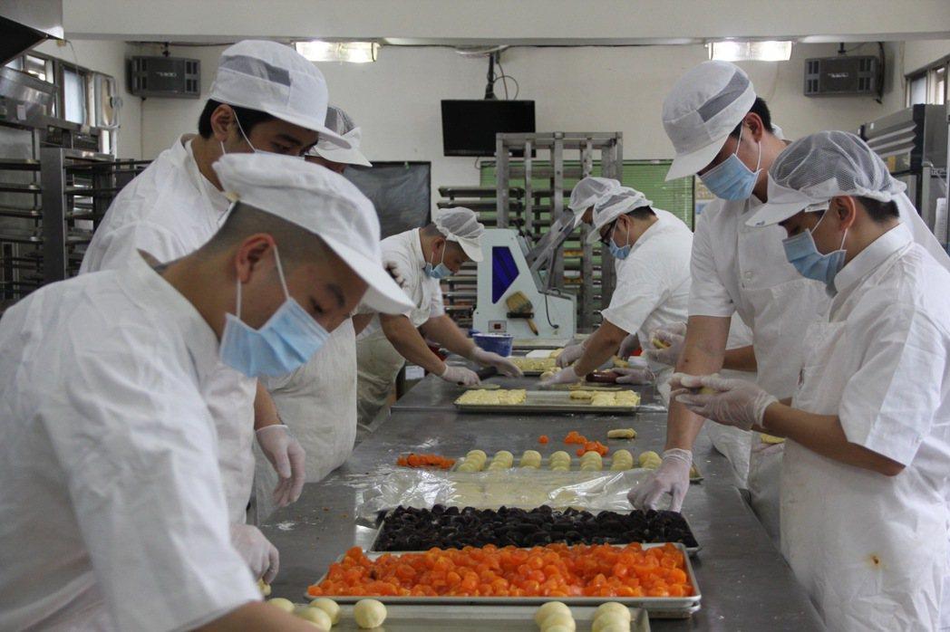 台北看守所烘焙班成員趕製月餅。 記者陳俊智/攝影