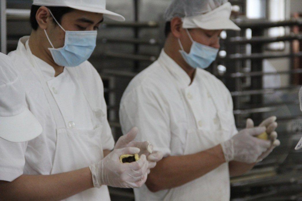 烘焙班成員用心捏製月餅。 記者陳俊智/攝影