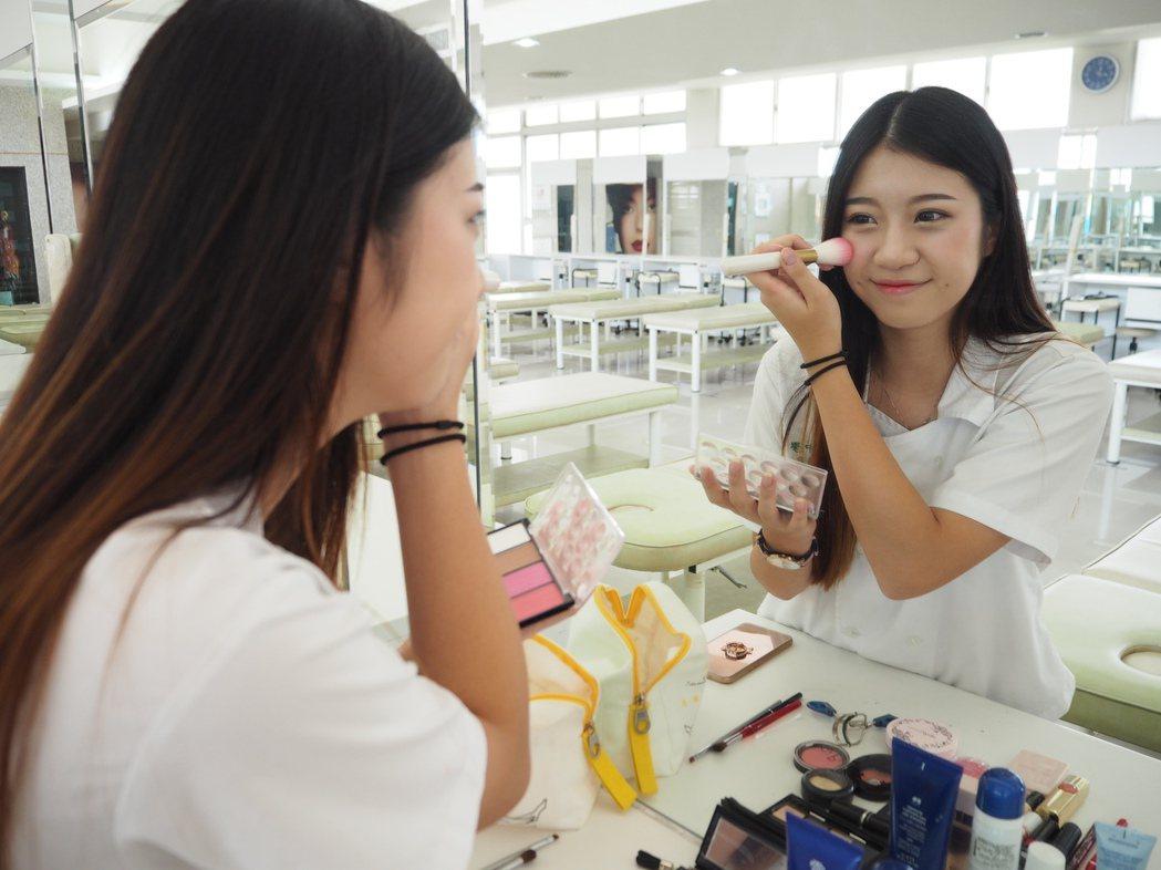 高中生化妝喜歡韓式毫無瑕疵、宛如素顏的裸妝風格,多在唇膏、眉型上做變化。 記者喻...