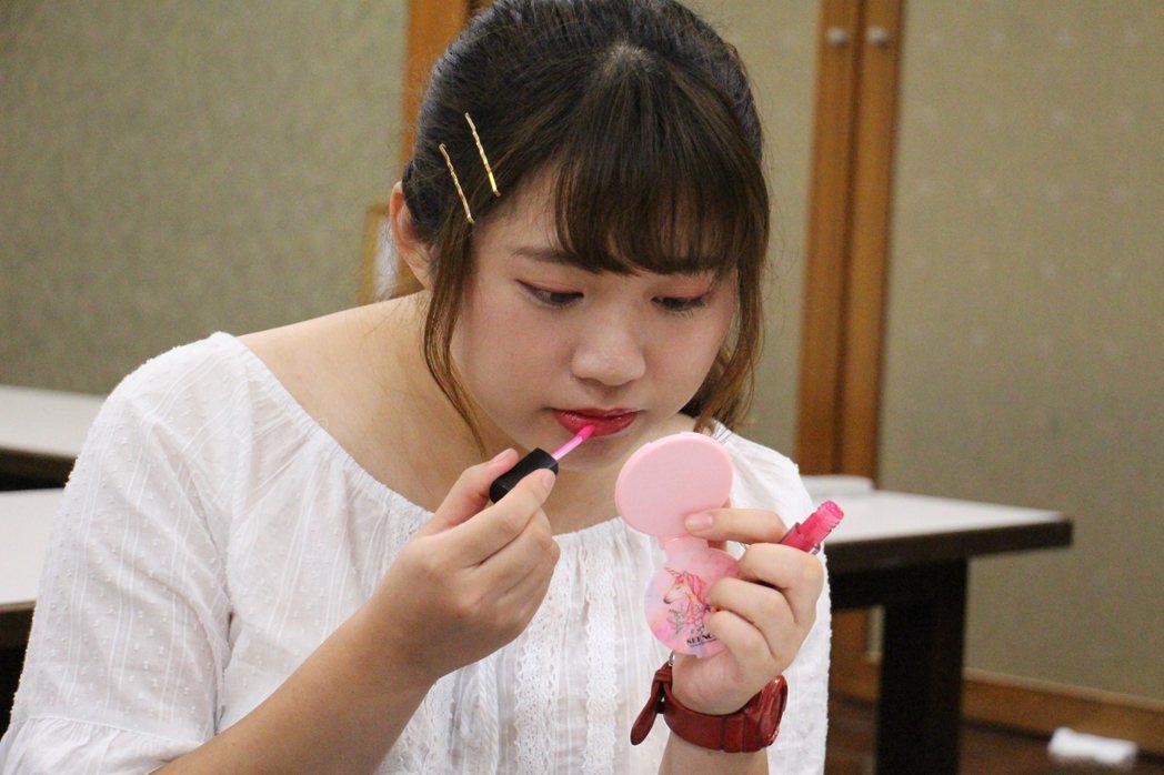 靜宜日文系二年級的陳靖方說,自己早已有計畫出國工作,因此學習彩妝就像是工作上的基...