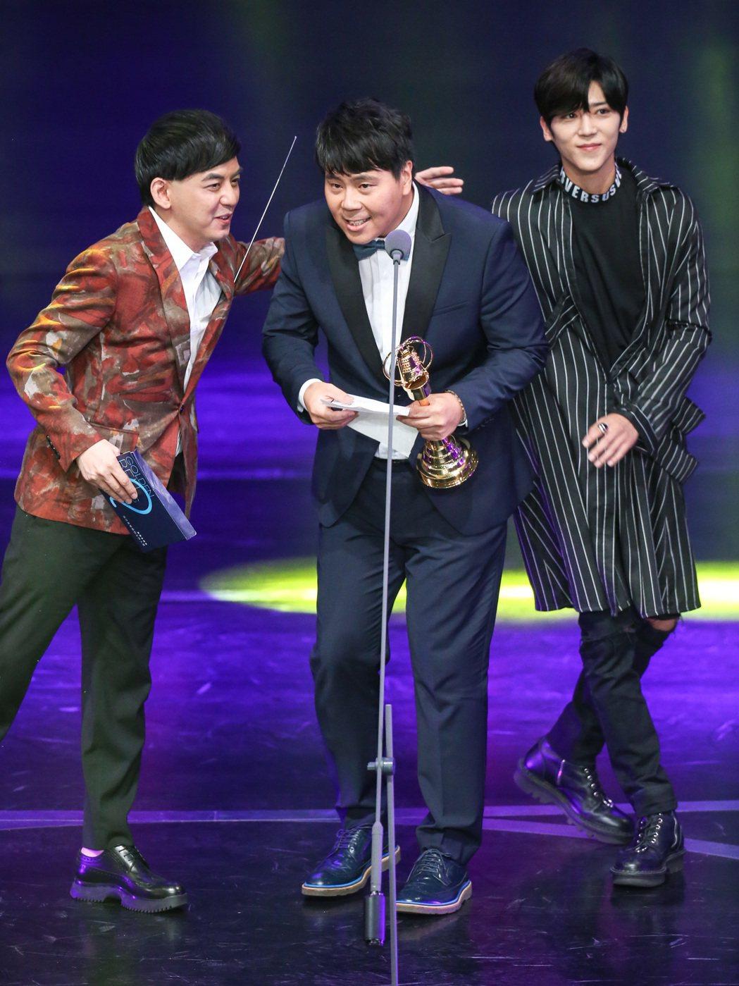第52屆廣播金鐘獎,黃子佼(左)、畢書盡(右)頒獎給邵大倫(中)。記者鄭清元/攝