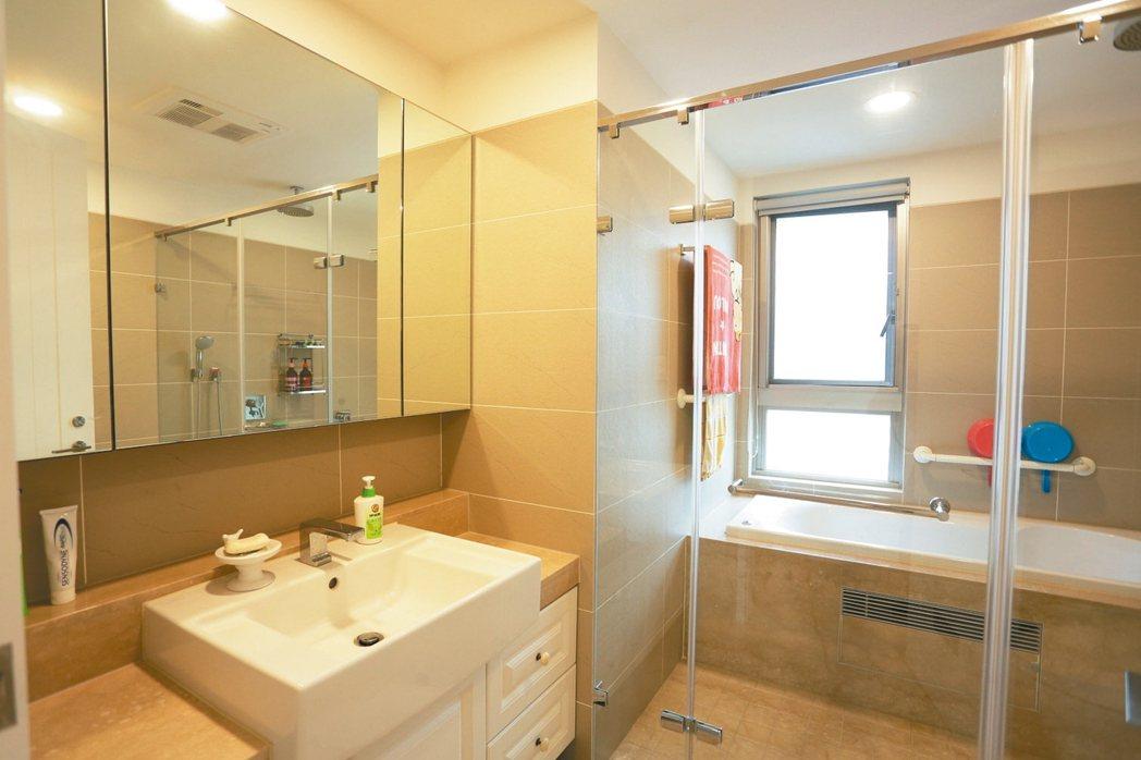 家中長輩使用的浴室,要增加扶手設計,以避免滑倒受傷。 永慶居家/提供