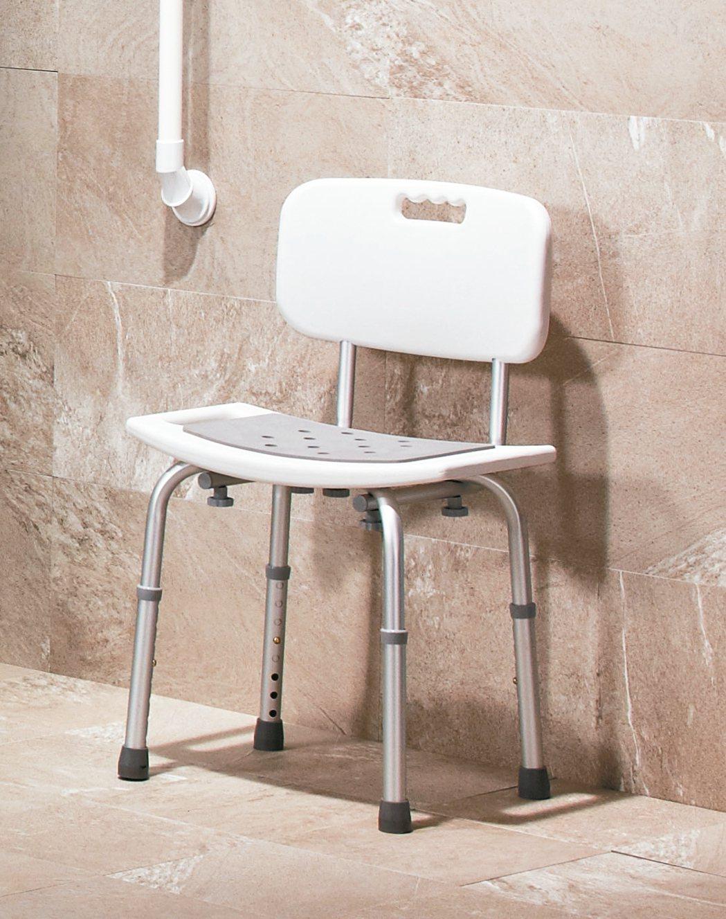 浴室不一定要有浴缸但,但可準備一張洗澡椅,降低長輩滑倒風險。 特力屋/提供