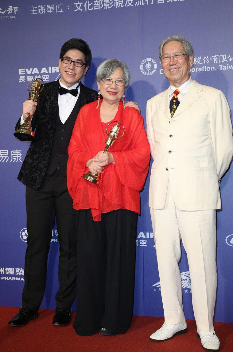 陶曉清2017年獲頒廣播金鐘獎特殊貢獻獎,兒子馬世芳(左)得到流行音樂節目獎,右...