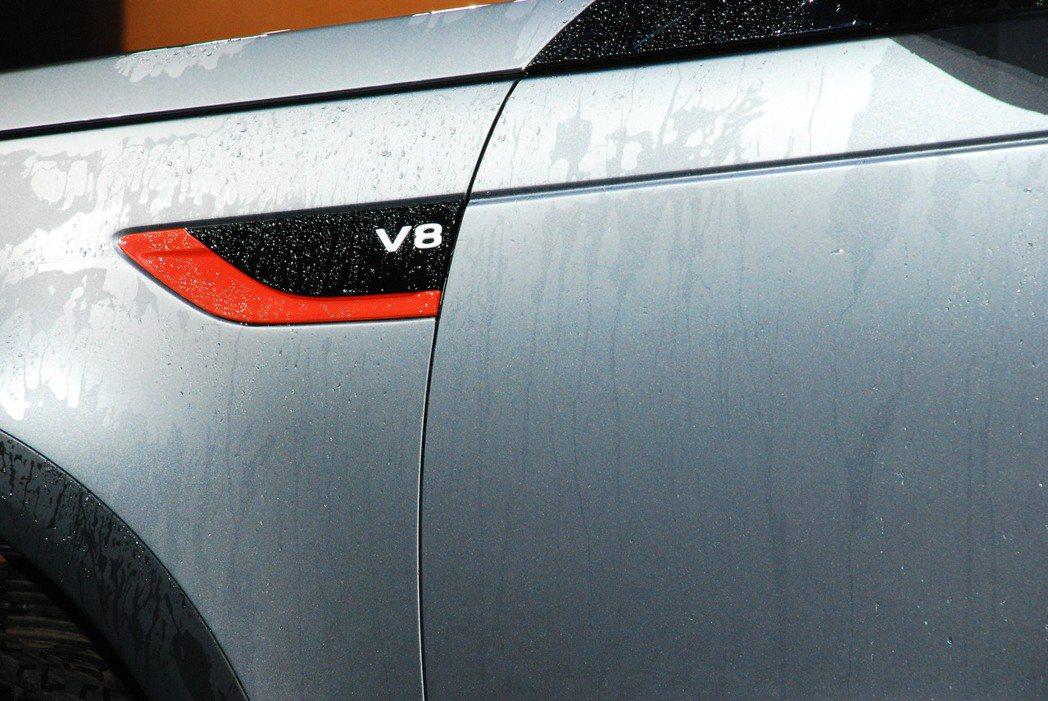 V8銘牌與橘色飾板。記者林昱丞/攝影