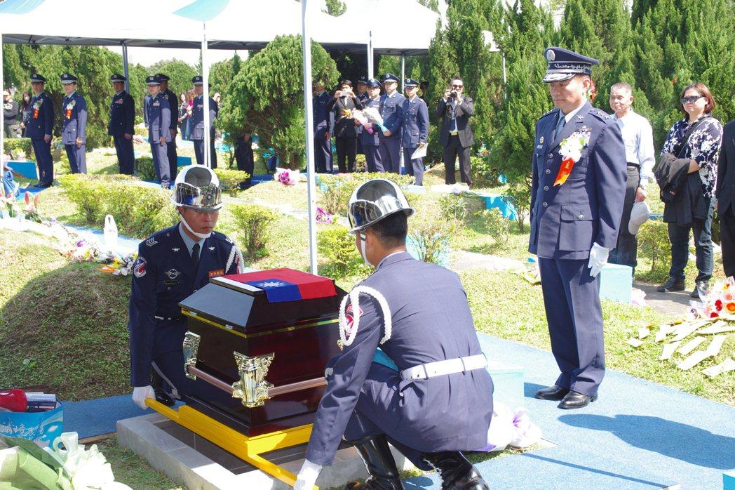去年3月29日,在美國殉職的飛官高鼎程,在空軍公墓下葬,空軍司令沈一鳴(右)主持...
