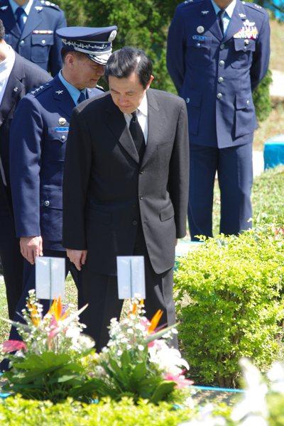 民國104年3月29日,時任總統的馬英九,端詳空軍公墓上的烈士墓碑。 記者程嘉文...