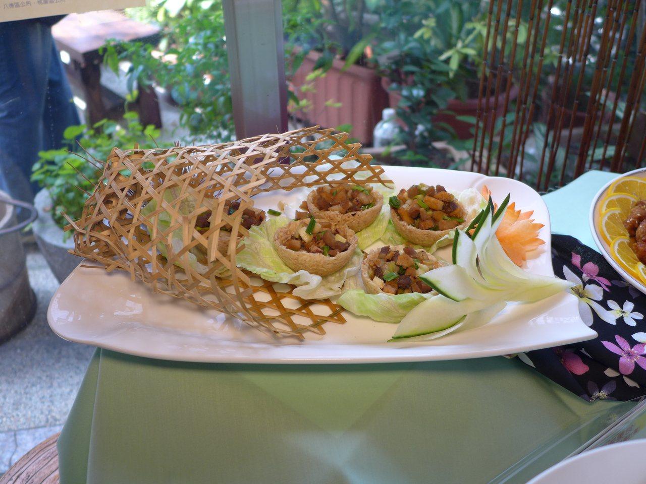 桃園客家美食HAKKA FOOD餐廳輔導計畫,研發出的創新料理「客家小炒鬆」。圖...