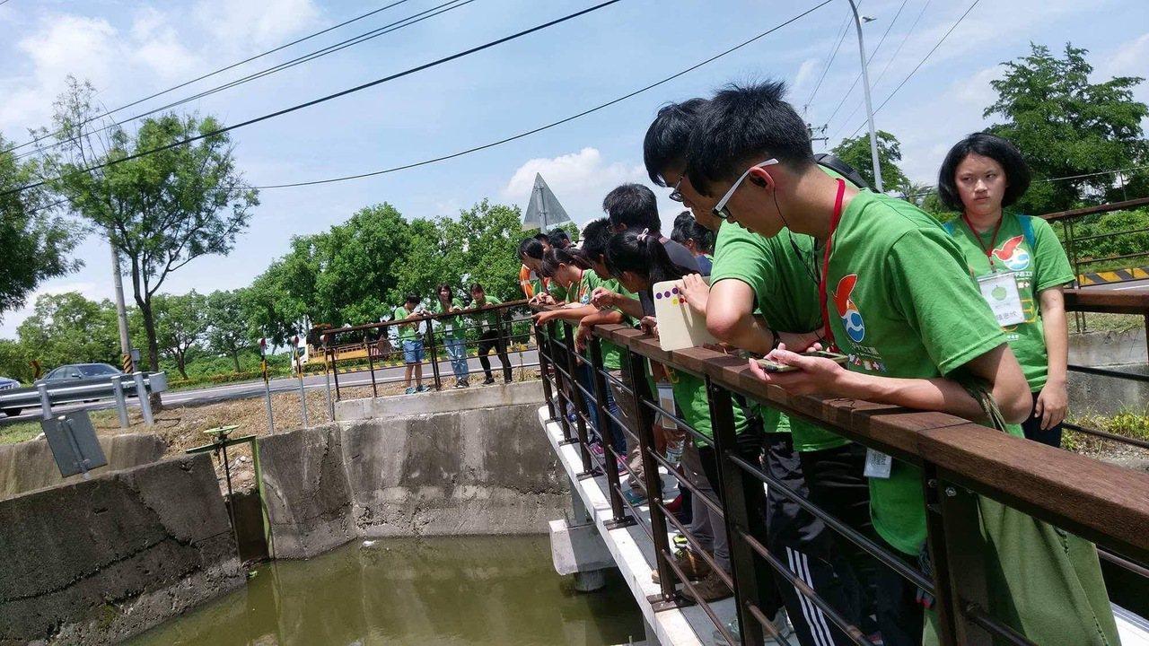 真理大學老師莊孟憲倡議守護埤塘,進入社區帶領學生認識埤塘。圖/莊孟憲提供