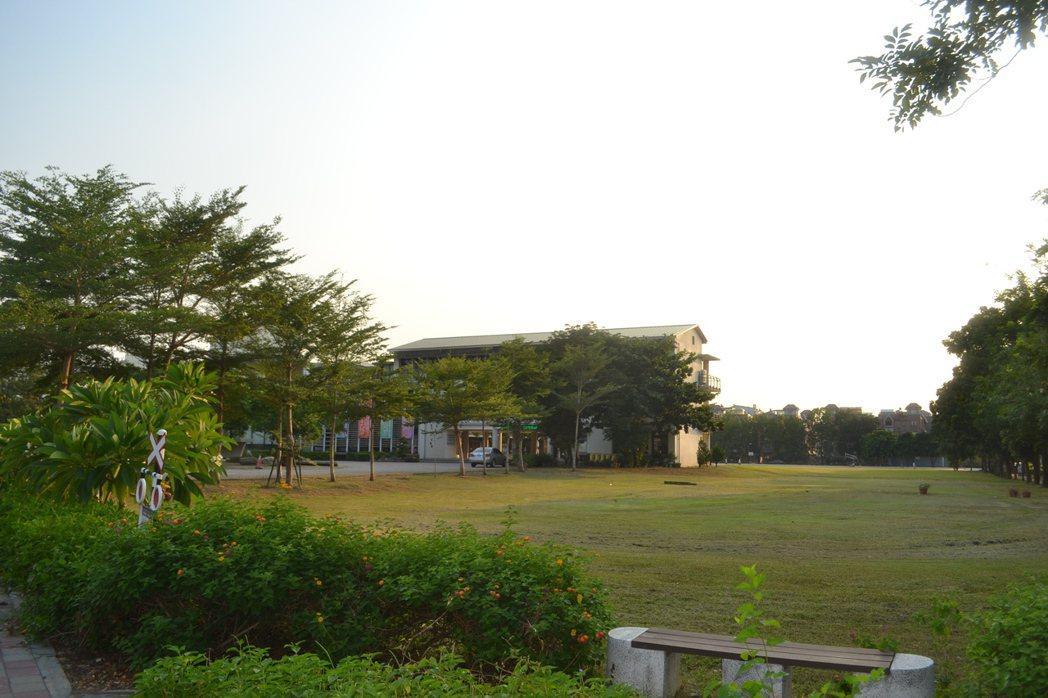 台南市歸仁區紅瓦厝國小過去是塊大埤塘,也是許多居民小時候的回憶。記者鄭惠仁/攝影