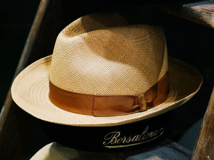 Borsalino巴拿馬草帽的帽體、編織於厄瓜多完成,帽體尺寸塑型與裝飾緞帶於義...