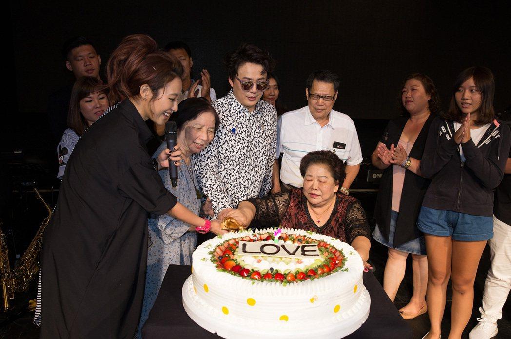 蕭煌奇22日晚舉行生日音樂會,蕭媽媽切蛋糕。圖/星光娛樂提供