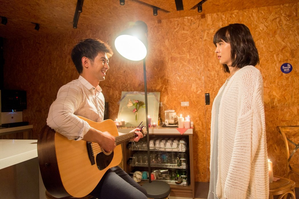 簡宏霖(左)彈吉他對魏蔓唱歌  圖/三立提供