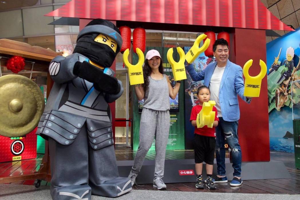 梁赫群(左起)、小馬克及馬克媽媽出席「樂高旋風忍者電影」記者會,自稱是樂高迷。圖