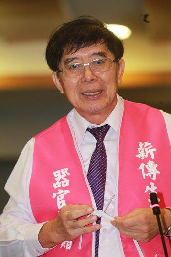 27屆醫奉獎特殊醫療貢獻獎得獎人,是推動器捐登錄公平分配的醫師李伯璋。記...