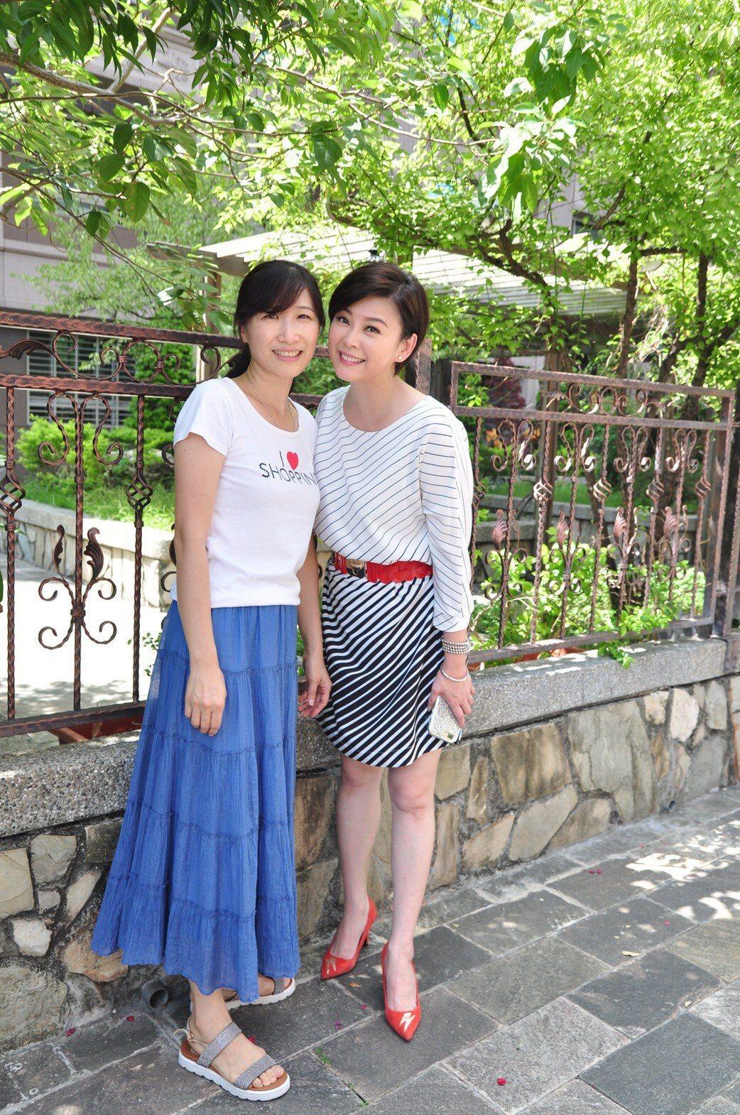 方馨(右)擔任關心弱勢學童愛心大使,出席園遊會遇昔日五燈獎戰友。圖/民視提供