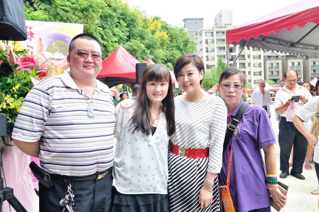方馨(右二)出席關心弱勢學童園遊會,巧遇小學同學。圖/民視提供