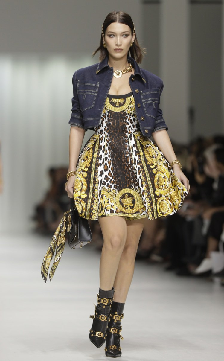 Versace 2018春夏女裝向1990年代設計師Gianni Versace...