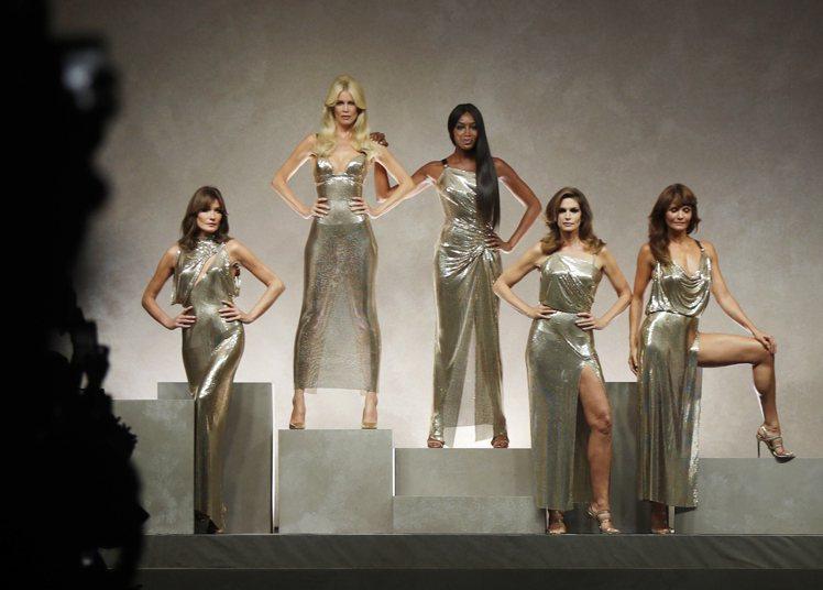 第一代超級名模同台謝幕,是最大話題。(左起)卡拉布妮、克勞蒂雅雪佛、黑珍珠娜歐蜜...