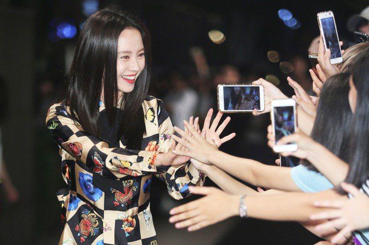 宋智孝23日來台助陣「VOGUE Fashion's Night Out全球購物夜」,相當開心能成為今年的韓國代表。她在下午受訪時貢獻自己的保養祕方,全靠洗臉、保濕與防曬。她講著講著突然問記者:「本...