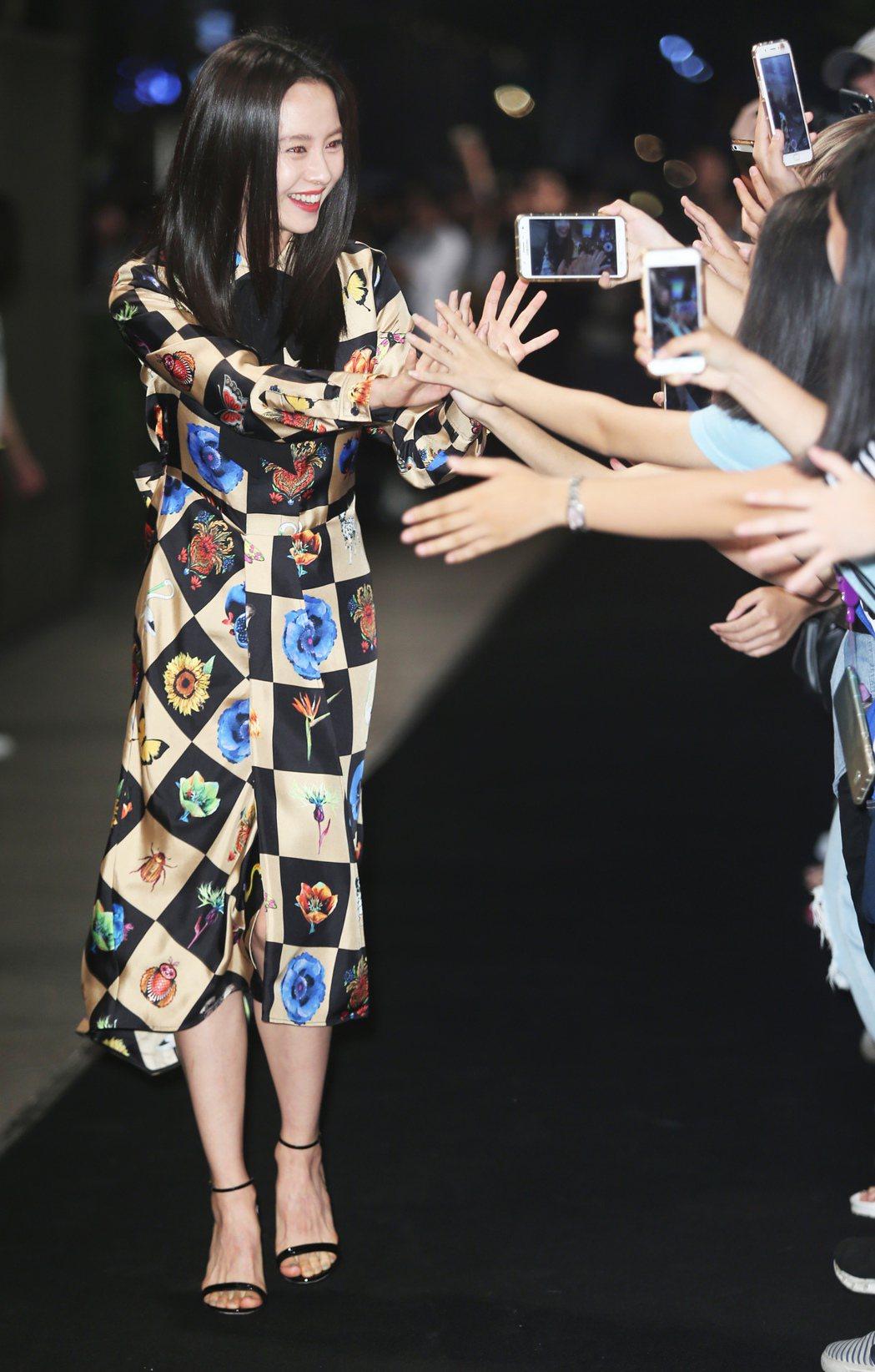 韓星宋智孝出席VOGUE全球購物夜活動時與粉絲揮手致意。記者徐兆玄/攝影