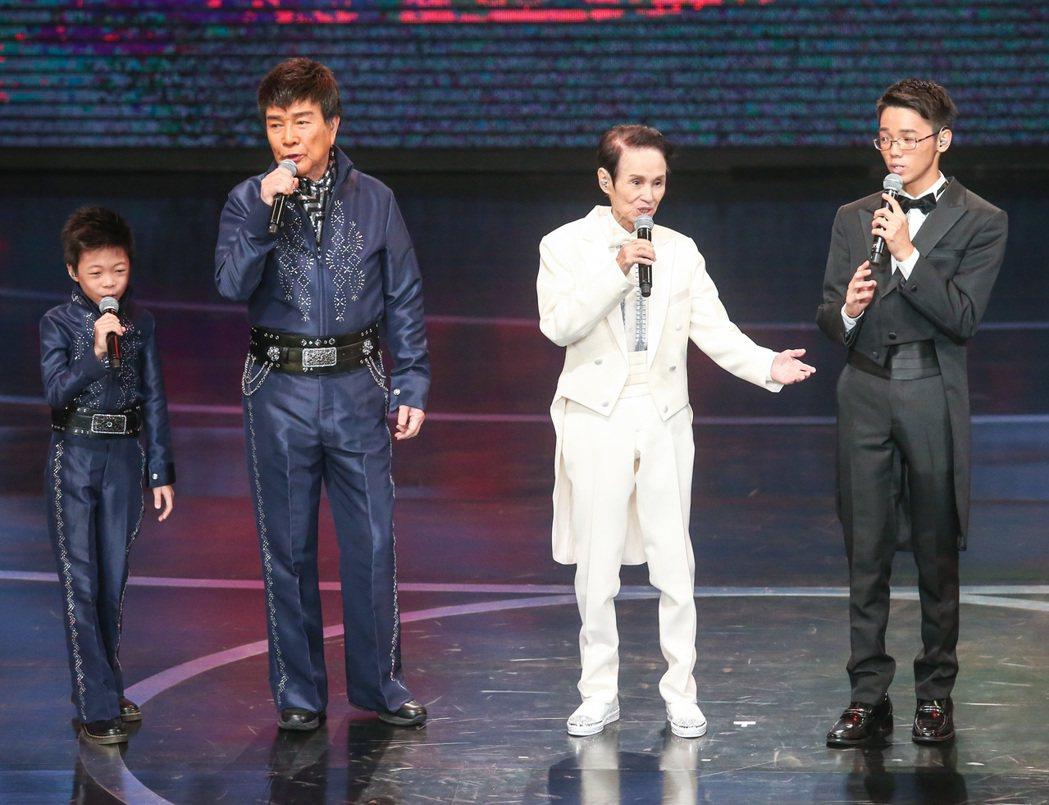 文夏(右二)以及謝雷(右三)帶領素人演出多首經典老歌。記者鄭清元/攝影