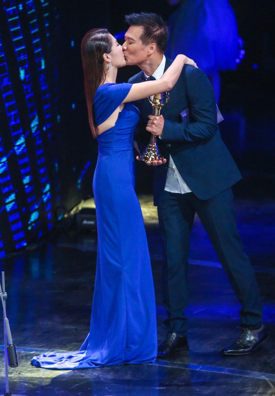 蔡詩萍(右)親吻老婆林書煒(左)。記者鄭清元/攝影