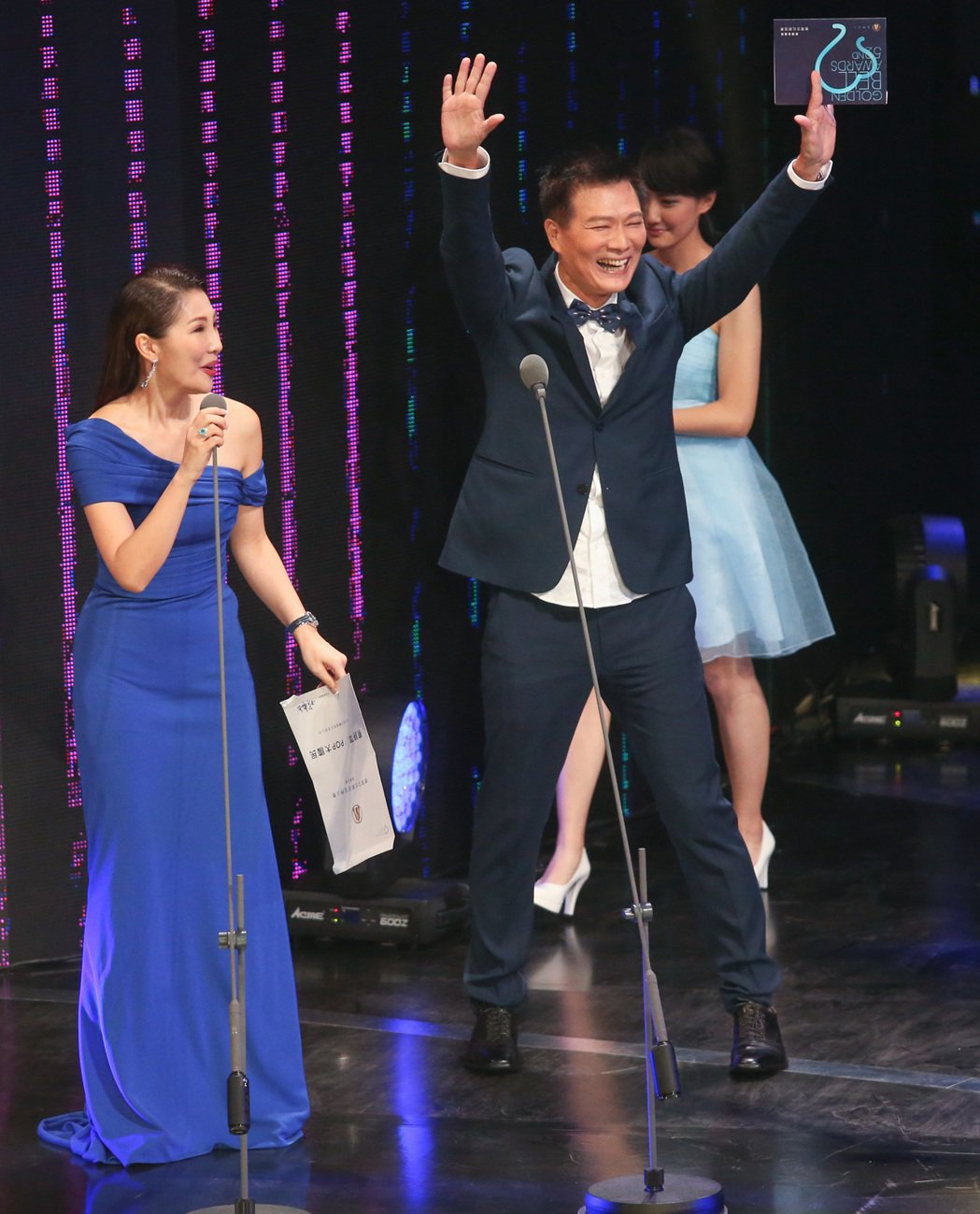 蔡詩萍(右)拿下教育文化節目主持人獎,自己頒獎給自己。記者鄭清元/攝影