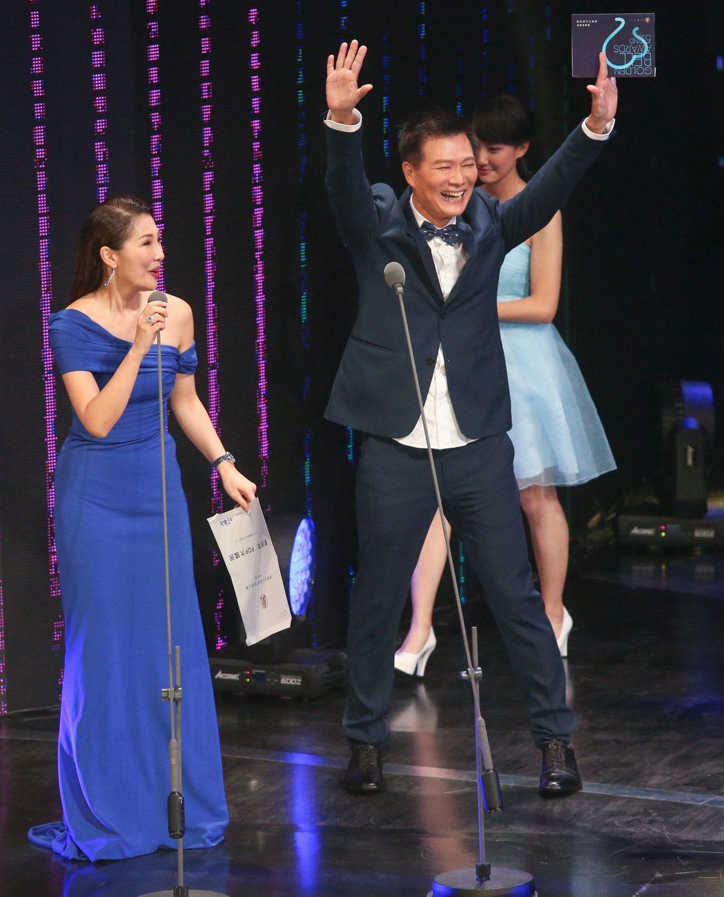 第52屆廣播金鐘,蔡詩萍(右)自己頒獎給自己,與一同擔任頒獎人的妻子林書煒(左)