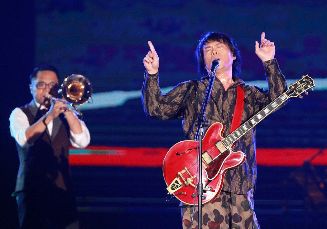 伍佰&China Blue台灣限定「透南風」演唱會今天在高雄巨蛋開唱,吸引滿場歌...
