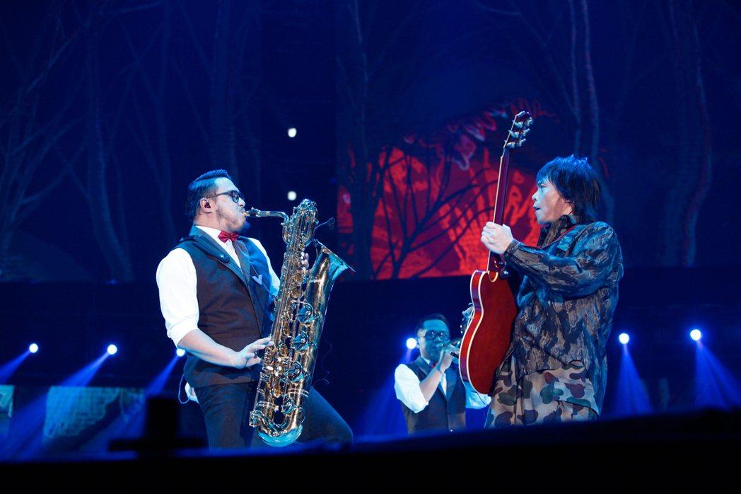 伍佰&China Blue台灣限定「透南風」演唱會今天在高雄巨蛋開唱,吸引滿場歌