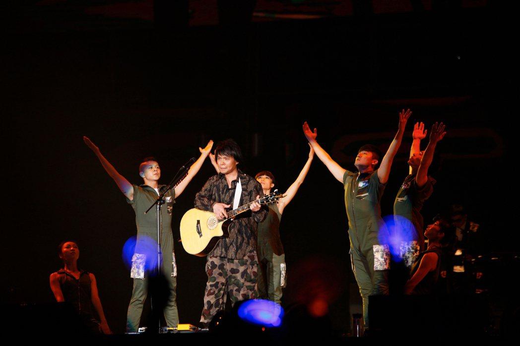 伍佰「透南風」演唱會高雄起唱。圖/環球提供
