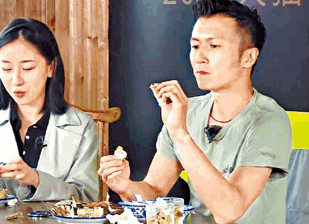 「廚神」謝霆鋒品嚐首日上市的陽澄湖大閘蟹。(視頻截圖)