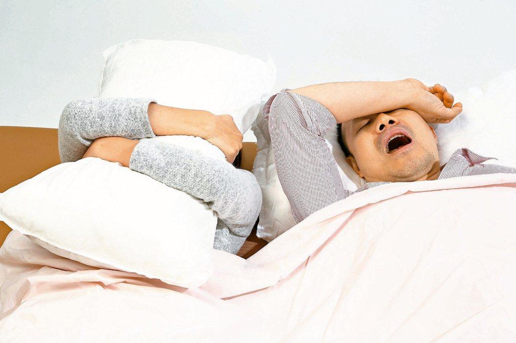 白天嗜睡、夜半頻打呼、打呼還有短暫間歇現象,有可能罹患「睡眠呼吸中止症」。新光醫...