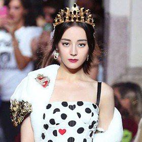 米蘭時裝周/迪麗熱巴首次登T台 冷艷氣場對上皇室公主