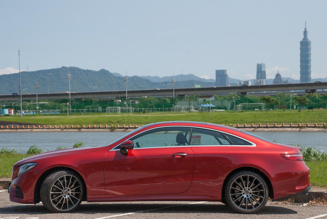 Mercedes-Benz E400 4MATIC Coupé。記者林昱丞/攝影